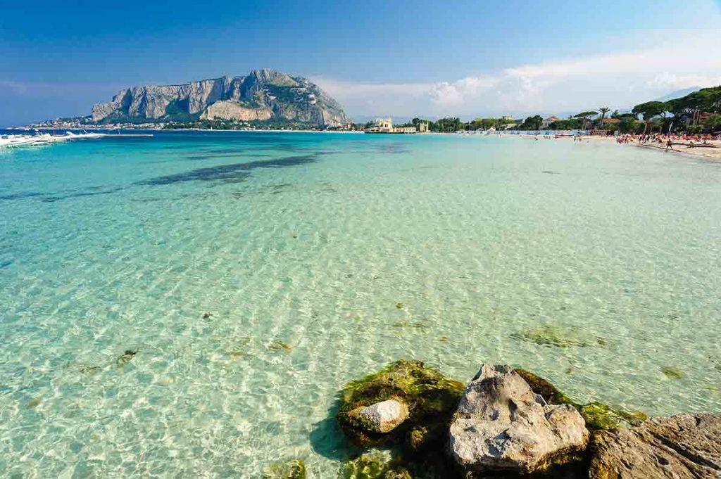Acque turchesi della spiaggia di Mondello, Palermo