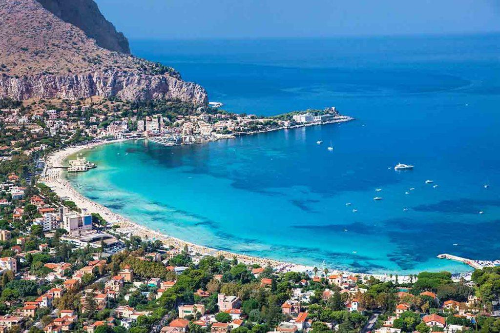 Vista panoramica sulla spiaggia di sabbia bianca di Mondello a Palermo