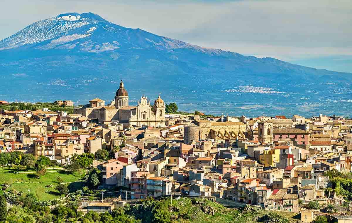 Veduta di Militello in Val di Catania con l'Etna sullo sfondo