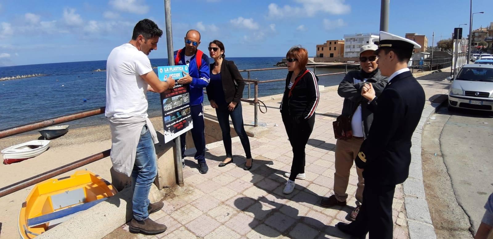 WWF Plastic Free- installati ad Aspra cartelli contro la plastica a mare